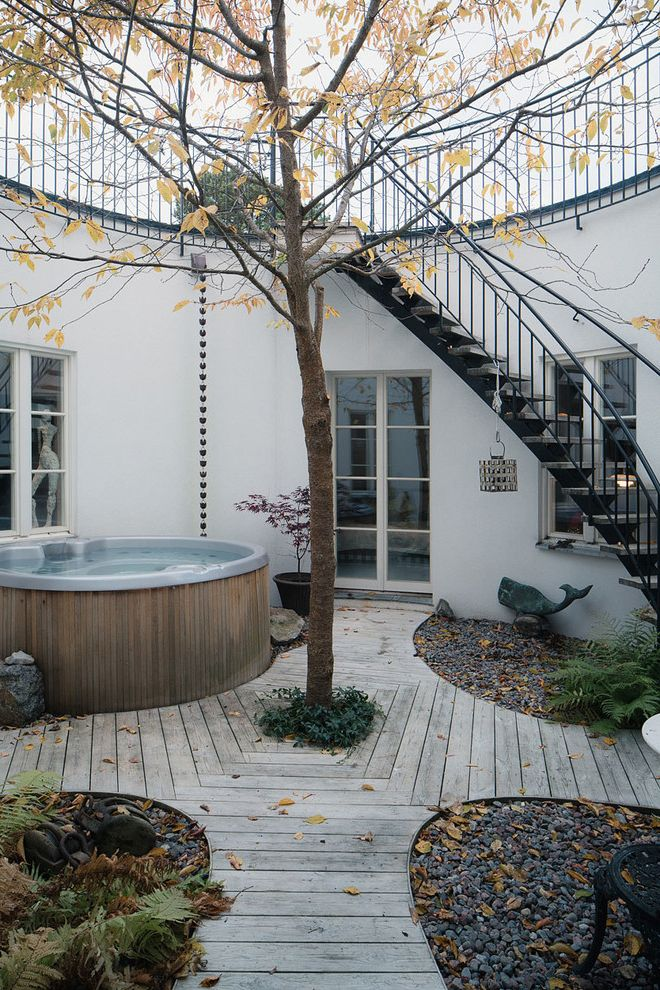 Avie Med Spa   Scandinavian Deck  and Bubbelbad Curved Deck Design Exterior Stairs Glasdrrar Hot Tub Innegrd Jacuzzi Spa Spapool Trad Tralldck Tree in Deck Utomhus Spa Utomhustrappa Vita Fnster Windows