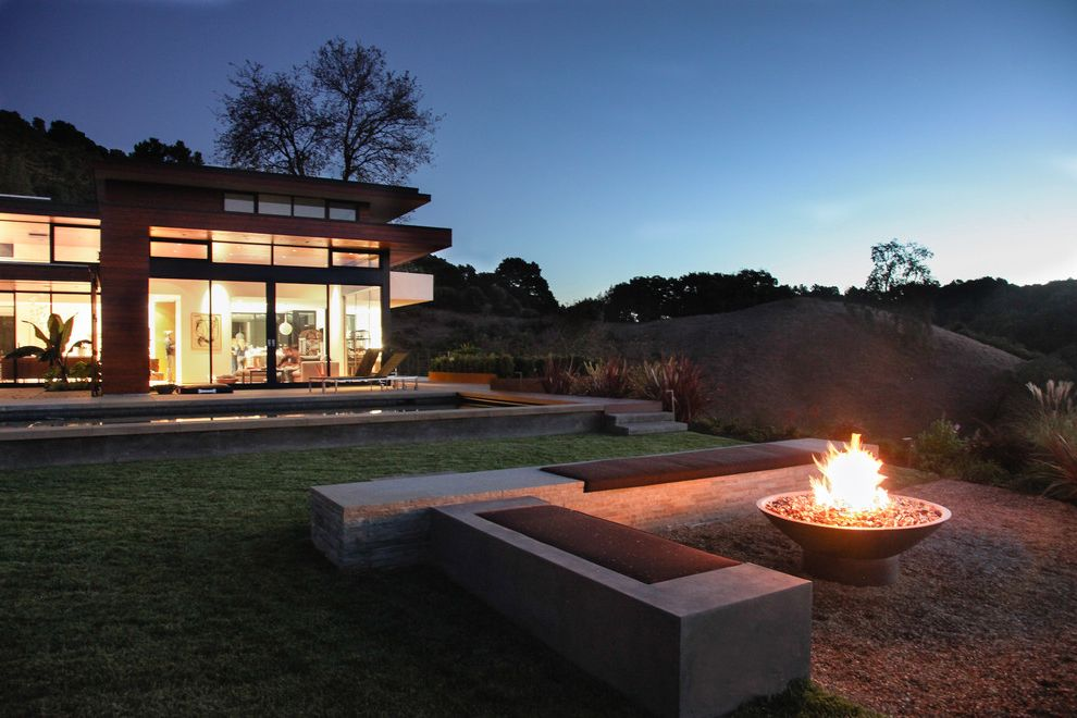 Build a Propane Fire Pit with Modern Landscape and Bench Concrete Bench Concrete Patio Exterior Flat Roof Gravel Large Window Pool Siding