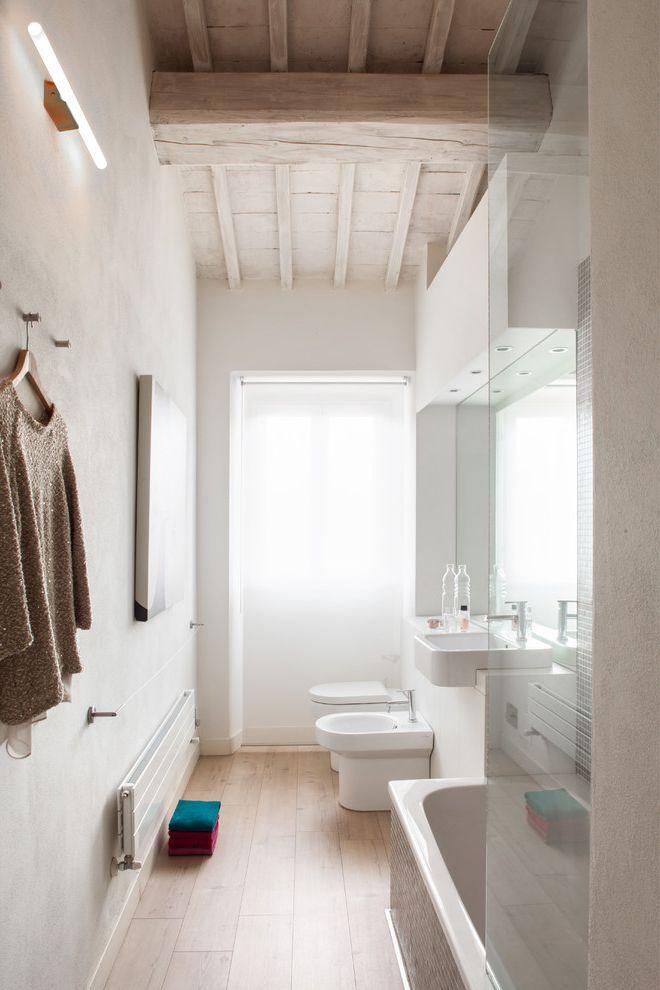 Bath Fitters Reviews   Scandinavian Bathroom Also Bagno Bianco Bagno Elegante Box Di Vetro Faretti Muro Bianco Neon a Parete Parquet Specchiera Bagno Tenda a Rullo Bianca Termosifone Moderno Travi a Vista Travi Di Legno Vasca Da Bagno
